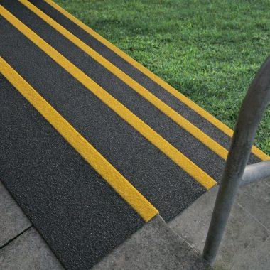 Placi de atentionare pentru trepte anti-alunecare | COBA Grip