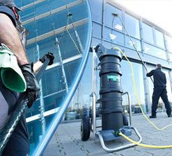 Curatat spalat geamuri la inaltime ECHIPAMENTE DE CURATENIE - Unilift Echipamente de Curatenie